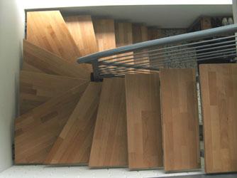aufgesattelte zweiholm treppe 1 2 gewendelt mit holzstufen. Black Bedroom Furniture Sets. Home Design Ideas